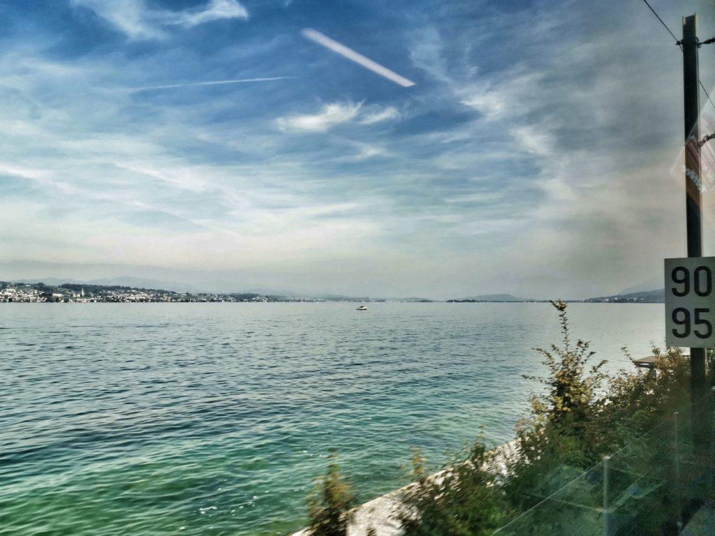 """Aus dem Zugfenster fotografiert nutzt das beste Smartphone nichts, dennoch bekommt man einen Eindruck von der """"Zugpromenade"""" am Zürichsee."""