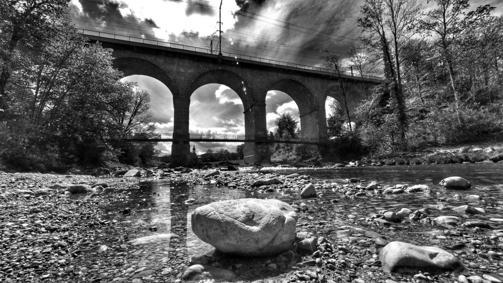 Beliebtes Motiv in Traunstein: der Viadukt, die imposante Eisenbahnbrücke über die Traun. Hier kommt das Olympus Weitwinkel 7-14mm/2,8 PRO besonders gut zur Geltung, bekommt man doch die gesamte Breite und Höhe der Brücke mit dem Flußbett aufs Bild.
