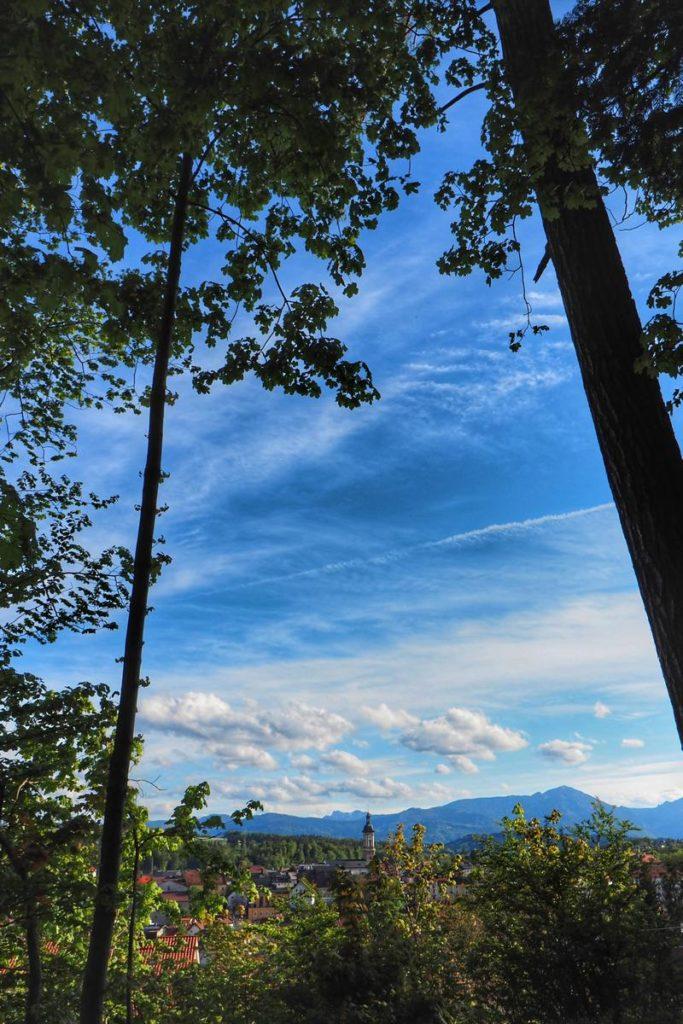 Blick von Weinleite in Traunstein über St. Owald Richtung Hochfelln. Aufgenommen mit dem Olymps Weitwinkel 7-14mm/2,8 PRO.